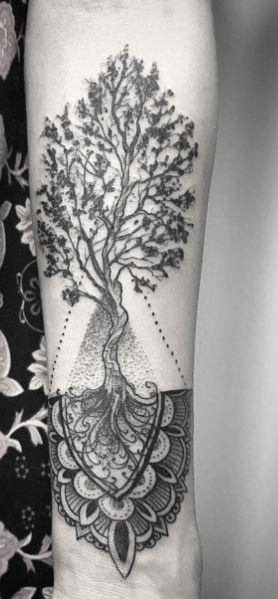 Joli tatouage arbre de vie mandala sur le dos  https//tattoo.egrafla.fr/2016/02/17/modele,tatouage,arbre,vie/