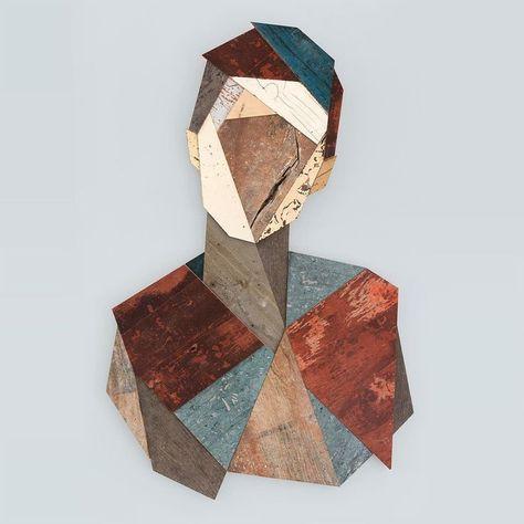 Strook hängt geometrische Holzköpfe an Hauswänden auf - Strook Street Artist 15