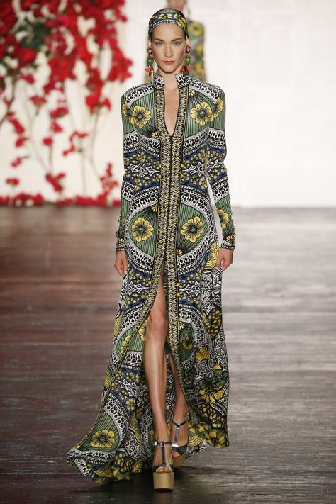 Naeem Khan Spring 2016 Ready-to-Wear collection, runway looks, beauty, models, and reviews.