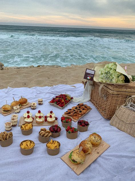 Picnic Date, Summer Picnic, Picnic At The Beach, Beach Picnic Foods, Family Picnic Foods, Healthy Picnic Foods, Picnic Dinner, Summer Aesthetic, Aesthetic Food