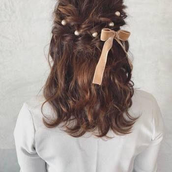 ヘアスタイルがパッと華やぐ パールつきヘアアクセサリーの使い方