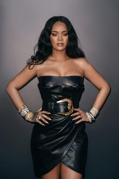 Rihanna in Versace Rihanna Outfits, Rihanna Style, Jenifer Lawrence, Leder Outfits, Rihanna Fenty, Rihanna Makeup, Every Girl, Divas, Strapless Dress Formal