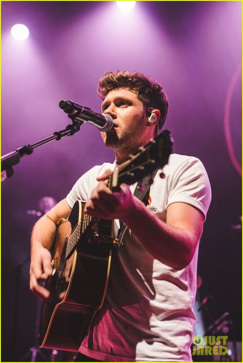 Niall Horan Kicks Off Flicker Sessions Tour, Performs One Direction Song! (Video): Photo Niall Horan has officially kicked off his intimate Flicker Sessions Tour! The singer slayed his first show at the Olympia Theatre in his hometown… One Direction Shirts, One Direction Concert, One Direction Outfits, One Direction Pictures, Liam Payne, Zayn Malik, Louis Tomlinson, Niall Horan Tour, Harry Styles