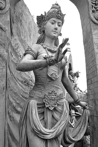 Patung wanita dengan pakaian anggun Jawa kuna zaman kerajaan Hindu ...