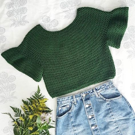 Crochet Patterns Blusas Off the Shoulder Crochet Crop Top – Free Crochet Pattern + Video tutorial – for … Crochet Summer Tops, Crochet Crop Top, Crochet Blouse, Crochet Top Outfit, Crochet Outfits, Crochet Dresses, Pull Crochet, Bead Crochet, Free Crochet