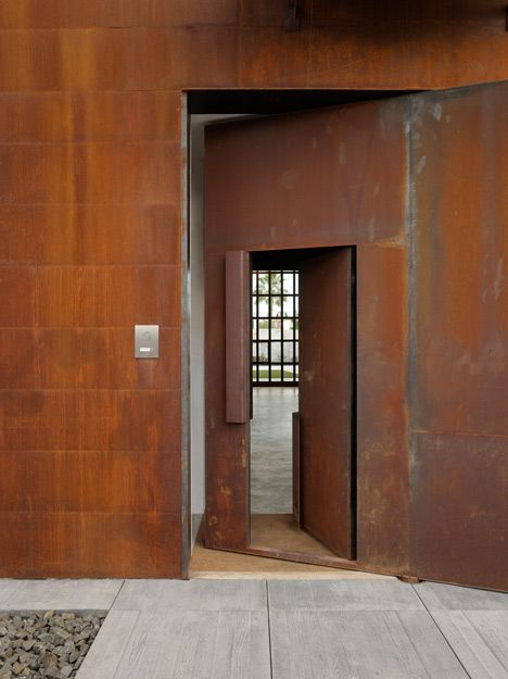 House and photography studio by Olson Kundig with pivoting steel doors | Steel doors Photography studios and Sitges & House and photography studio by Olson Kundig with pivoting steel ... pezcame.com