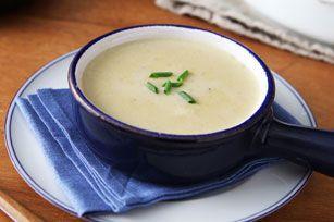 VPotage aux poireaux et aux pommes de terre en quantité-------------------------ous avez une armée à nourrir? Procurez-vous des poireaux et des pommes de terre et préparez cette chaudronnée de délicieux potage facile à réaliser. De plus, il peut être prêt en moins d'une heure.
