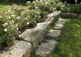 Zierrasen Anlegen 03 Flache Rasenkantensteine An Einer Rasenterrasse Senkterrasse Rasenkantensteine Gartenlaube Garten