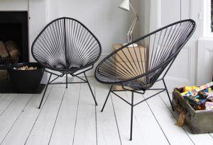 Wie zijn huis of tuin een fifties glam look wil geven kan dat doen met de Acapulco Chair. Een designklassieker vernoemd naar de Mexicaanse stad waar het mondaine Hollywood uit de jaren vijftig op vakantie ging. Ondertussen is de stoel al enkele jaren aan zijn revival bezig en wordt hij vandaag door verschillende merken opnieuw geproduceerd.  Eerder werden deze stoelen vaak met gevlochten rotan gemaakt, tegenwoordig word het van kunststof gemaakt.