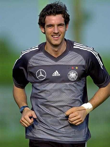 Christoph Metzelder, a defender with the German national soccer team,... |  Selección de fútbol de alemania, Deportes, Balones