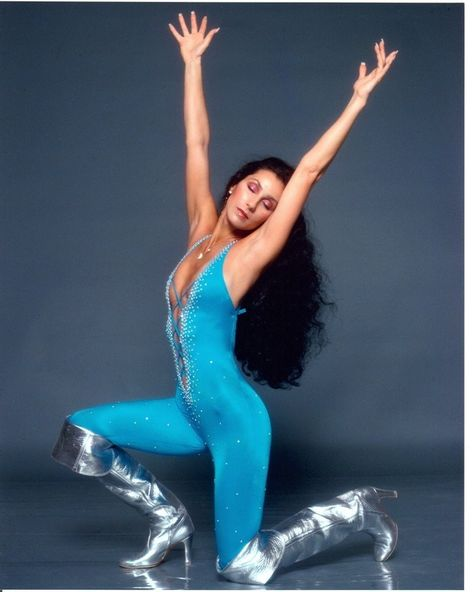 The Cher Show is 35 smash hits, six decades of stardom, two rock-star husbands, and enough Bob Mackie gowns to cause a sequins shortage in New York City. Bob Mackie, Alexa Chung, Cher Movies, Netflix Movies, Watch Movies, Gq, Stage Outfit, Twiggy, The Cher Show