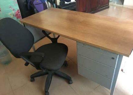 Table Chaise Bonjour Je Vends Table De Bureau Avec Chaise Syst Me Un Prix Abordable Merci De Me Contacter Kebetu Table Et Chaises Table Bureau Chaise