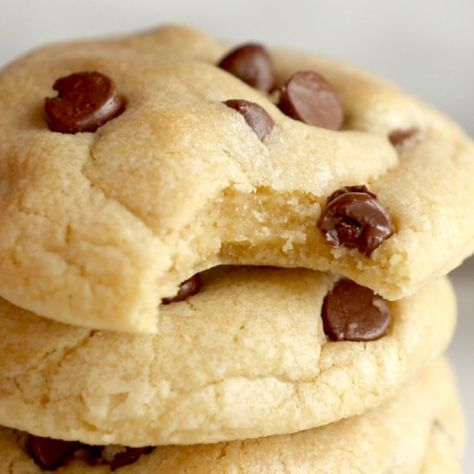 These are THE BEST soft chocolate chip cookies! No chilling required. Just ultra thick, soft, classic chocolate chip cookies!Die BESTEN Soft Chocolate Chip Cookies – mehr als 700 Bewertungen beweisen es!