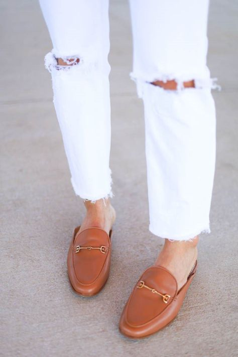 Meeting or #MDW, mules do it all. #samedelman #mules #leathermules #tanmules #allwhiteoutfit #ootd #bloggeroutfit | pc: @Alexis.Belbel