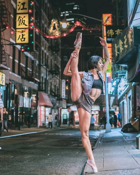 Dancers against city backdrops by Omar Robles (China Town - Manhattan) Dancers Body, Belly Dancers, Yoga Dance, Dance Poses, Yoga Journal, Flexibility Dance, Ballet Dance Photography, Dance Photo Shoot, Gymnastics Poses