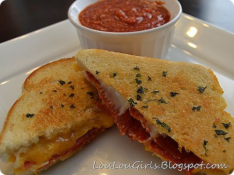 Garlic Grilled Cheese Pizza Sandwich! Once you make it this way, you'll never make a plain ole' grilled cheese again. I promise. Delicioso!