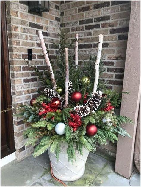 21 Unique Christmas Front Porch Decoration Ideas #christmasdecorationideas #christmasfrontporch #christmasdecoration | neverendingfood.me #christmashome