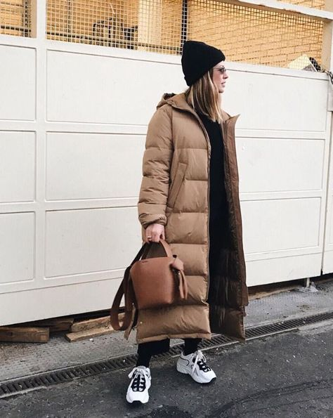 How to wear a Puffer coat outfit Shop the look Puffer coat – Arket Beanie – &Otherstories Sunglasses – Rayban Jeans – Levi's Sneakers – Adidas Bag – Acne Studios Outfit inspired by Alex Foremen