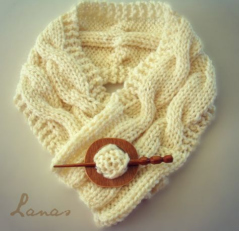 Lanas Hilos: NECK WARMER with Cables - knitting. Looks like an easy way to learn how to do cables!