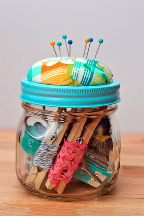 Sewing For Beginners DIY Beginner Sewing Kit Gift Idea-TUTORIAL. love this and a pretty and useful decor in the craft room . Pot Mason Diy, Mini Mason Jars, Mason Jar Gifts, Gift Jars, Sewing Hacks, Sewing Crafts, Sewing Kits, Sewing Tutorials, Sewing Case