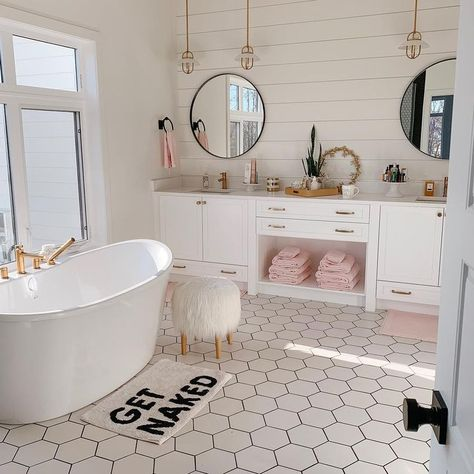 Beautiful master bathroom decor tips. Modern Farmhouse, Rustic Modern, Classic, light and airy bathroom design ideas. Bathroom makeover a few ideas and master bathroom renovation some ideas. Modern Vintage Bathroom, Toilette Design, Aesthetic Room Decor, Dream Bathrooms, Master Bathrooms, Beautiful Bathrooms, Farmhouse Bathrooms, Master Baths, Little Girl Bathrooms