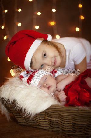Navidad para bebés recién nacido durmiendo con la hermana
