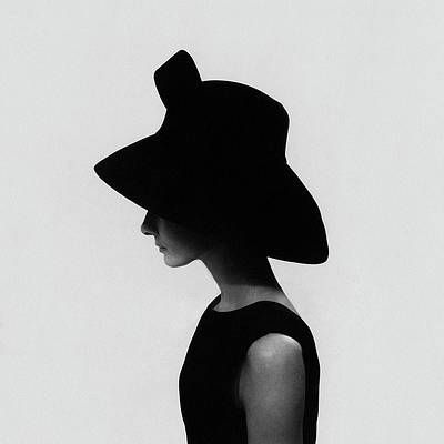 Audrey Hepburn Wearing A Givenchy Hat Print by Cecil Beaton Arte Audrey Hepburn, Audrey Hepburn Givenchy, Audrey Hepburn Photos, Audrey Hepburn Fashion, Audrey Hepburn Painting, Audrey Hepburn Wedding, Audrey Hepburn Poster, Audrey Hepburn Wallpaper, Audrey Hepburn Inspired