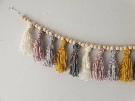 Boho Diy, Boho Decor, Yarn Crafts, Diy Crafts, Pom Pom Crafts, Diy Girlande, Beaded Garland, Diy Tassel Garland, Diy Wreath