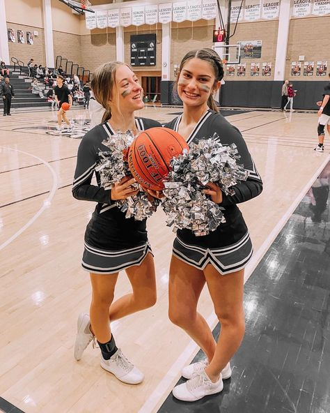 School Cheerleading, Cheerleading Pictures, Cheerleading Outfits, Cheerleading Stunting, Softball Pics, Volleyball, Cheer Picture Poses, Cheer Poses, Cheer Stunts