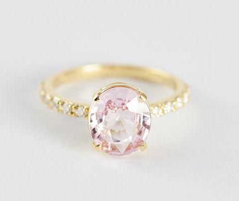 Este deslumbrante safiro melocotón que está hecho para una princesa: | 26 Razones por las que los anillos de compromiso son mejores cuando son coloridos
