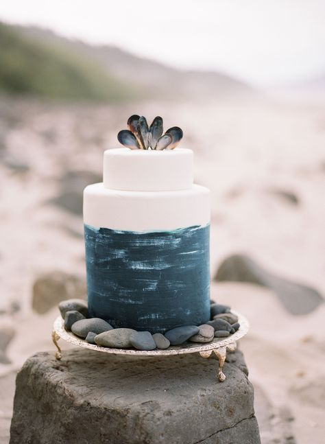Blue and White Wedding Cake Topped with Shells Gâteau de Mariage sur le Thème de la Plage Beach Wedding Cakes That Are Perfect for Your Seaside Dessert Table