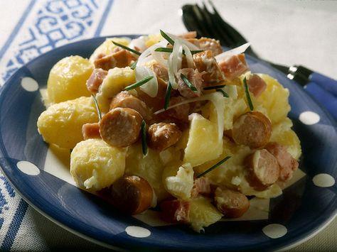 patate  2 confezioni da 4 wurstel piccoli  100 g di prosciutto di Praga a dadini  1 cipollotto fresco  2 cucchiai di maionese  1 cucchiaio d'olio d'oliva