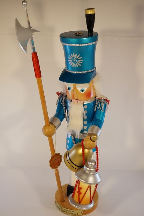 The Night Watchman - Steinbach nutcracker - #S1832. He comes in his original box and still has the Steinbach tag attached. Introduced in 2002 and signed by Christian Steinbach. Details: - Measures about 17.5