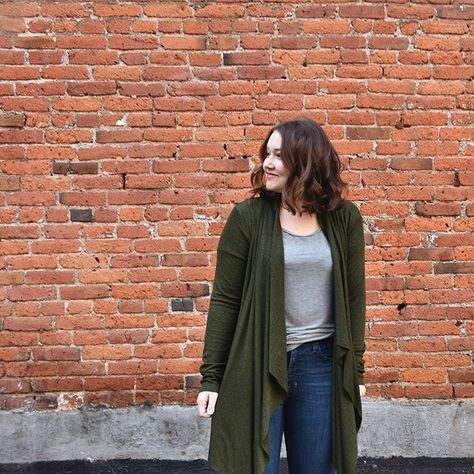 Last week, I sewed up a #laurelhurstcardigan from @straightstitchdesigns and have pretty much been living in ever since!⠀ ⠀ We added…