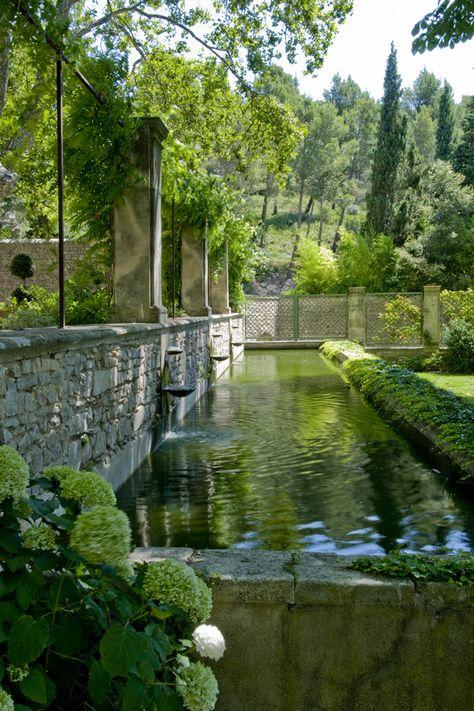 un jardin d'ombre à l'abbaye sainte-marie de pierredon, saint-rémy-de-provence