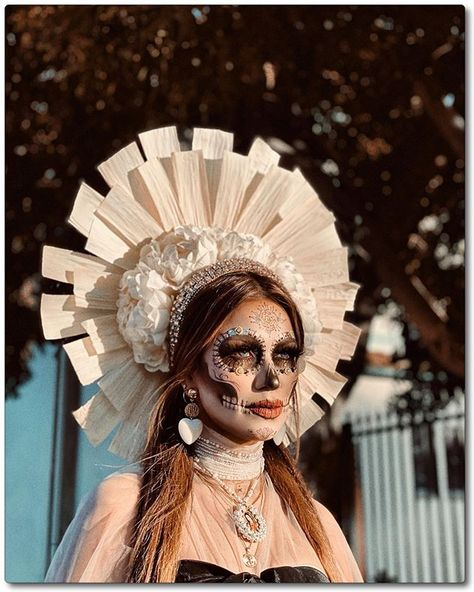 Halloween Photos, Couple Halloween Costumes, Cute Halloween, Halloween Makeup, Mexican Makeup, Scary Clown Costume, Traditional Mexican Dress, Sugar Skull Costume, Pageant Makeup