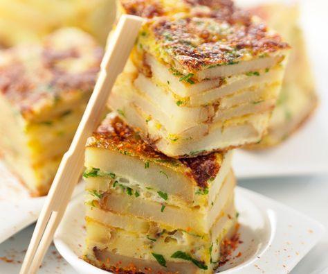 Découvrez notre recette pour préparer une tortilla de pommes deterre, accompagnée d'une astuce du chef Cyril Lignac. Idéale pour un apéritif entre amis.