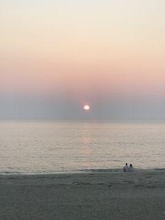 福岡県福津市の福間海岸の夕日を見に行きました 心癒され 気持ちがピュアになるひと時でした カップルが何だか絵になってるなー 風景 海岸 画面の壁紙