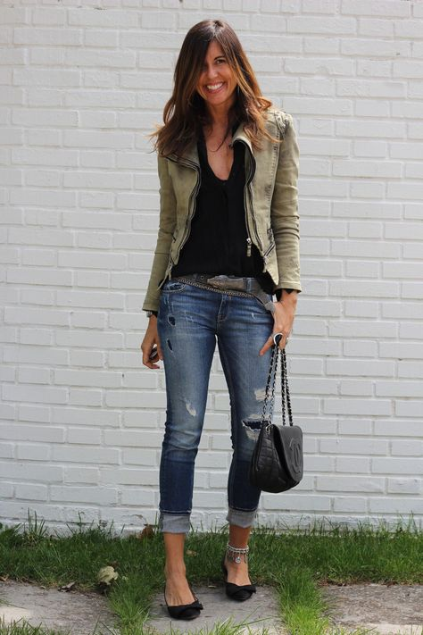 32 Outfits that are Suitable to be Used Together with Ripped Jeans
