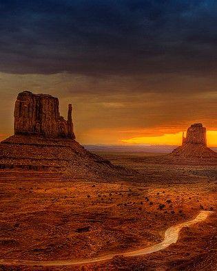 La Monument Valley s'endort sous un ciel orangé, comme nous chez Au Coeur du Voyage :)
