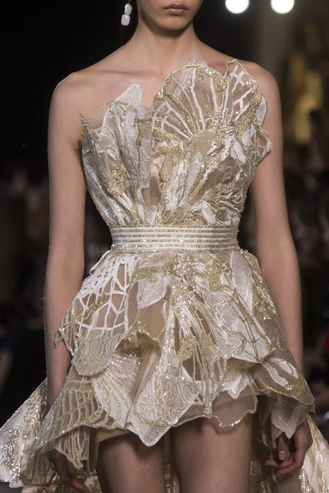 Elie Saab Couture Spring 2019 Fashion Show Details. Designer looks from the Spring 2019 Couture runway shows from Paris Couture Fashion Week Elie Saab Couture, Couture Fashion, Runway Fashion, Couture Dresses, Fashion Dresses, Elie Saab Spring, Spring Couture, Couture Week, Fashion Designer