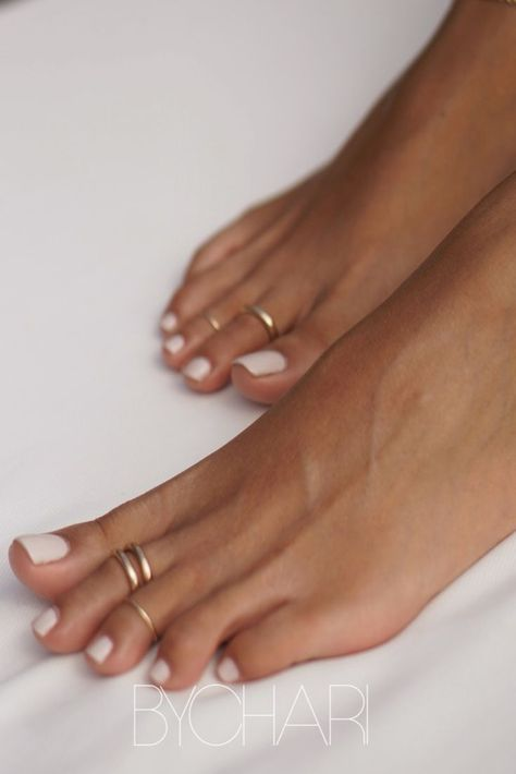 Toe rings Toe rings that feel effortlessly chicYou can find Toe rings and more on our website.Toe rings Toe rings that feel effortlessly chic Wedding Pedicure, Wedding Nails, Bridal Toe Nails, Jóias Body Chains, Uñas Diy, Finger, Diamond Stacking Rings, Gold Toe Rings, Pave Ring