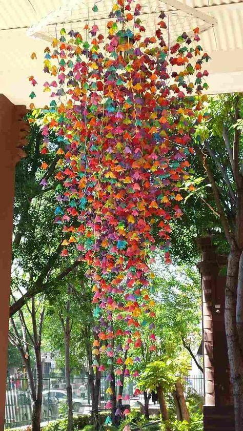 Viele Eierkarton Blüten basteln für ein buntes Mobile