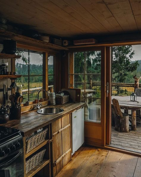 This super cozy treehouse🌲🌲in Norway has just a perfect tiny kitchen 🥘🥗 ————— 📸