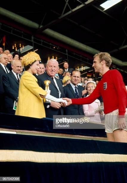 Captain Bobby Moore Shakes The Hand Of Queen Elizabeth Ii As He England Football Team Bobby Moore World Cup Final