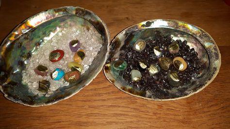 Prachtige Abalone schelpen M Uitstekend geschikt voor het op en ontladen van edelstenen! Dankzij de reinigende werking van de Abalone schelp zelf krijg je altijd een zuivere edelsteen terug.  Koop je Abalone schelp hier http://www.missmoonmagick-shop.nl/a-44683646/reiniging-smudge/abalone-schelp-middel/
