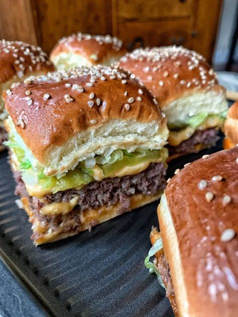 Mini big mac cheeseburgers a perfect recipes for parties or busy weeknight meals. Easy and affordable to make. # Mini Big Mac Cheeseburgers - The Tipsy Housewife Big Mac, Slider Recipes, Iftar, Beef Dishes, Ground Beef Recipes, Hamburger Recipes, Food Cravings, Appetizer Recipes, Recipes Dinner