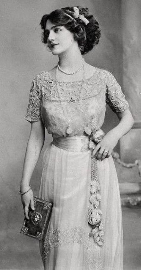 Edwardian fashion: Edwardian fashion: Lily Elsie – was a popular English actress and singer during the Edwardian era. Lily Elsie, Vintage Clothing, Vintage Dresses, Vintage Outfits, Edwardian Clothing, Vintage Costumes, Victorian Era Fashion, Vintage Fashion, 1900s Fashion