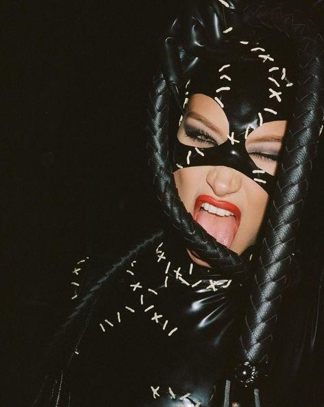 Bella Hadid as catwoman Halloween 2019 Halloween Inspo, Halloween 2019, Halloween Outfits, Halloween Costumes, Halloween Cat, Catwoman Comic, Catwoman Cosplay, Catwoman Outfit, Catwoman 2004