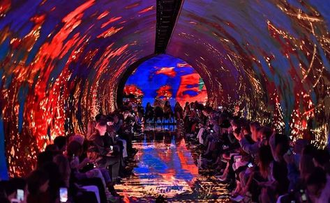 "Balenciaga cherche le ""glamour moderne"" dans un tunnel anxiogène"